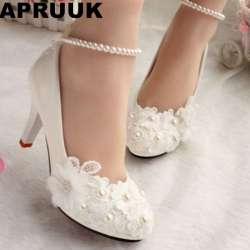 c0bf549623f8 Chaussures de mariage pour les femmes nouveau design ivoire dentelle bas  haute talons fleurs perles cheville femme chaussures de mariée robe proms  parti ...