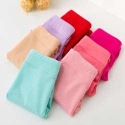 Découvrons plusieurs raisons de porter de la lingerie coton. Tout d'abord, il s'agit d'une fibre hypoallergénique, ce qui fait du coton la matière la mieux supportée par la peau. Les personnes aux peaux sensibles n'hésitent pas à rechercher la présence de cette matière dans leurs sous-vêtements.